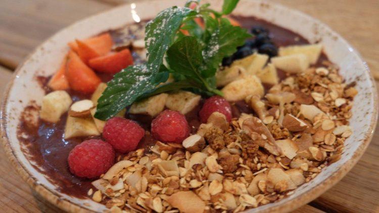 Ein echtes Superfood-Frühstück: die Acai Bowl mit Müsli und Obst.