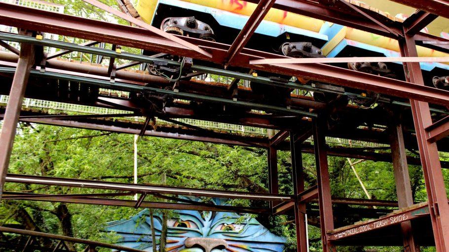 """Die bunte Achterbahn """"Spreeblitz"""" steht noch im ehemaligen Freizeitpark, ist aber völlig marode."""