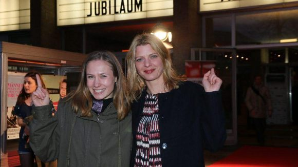 Hier geht's rein: Die Schauspielerinnen Alina Levshin (l.) und Jördis Triebel freuen sich auf den Film.