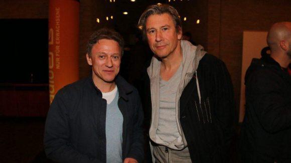 """Schauspieler Alex Pape (l.), auch als Produzent der Fußball-Doku """"Warum halb vier"""" in Erscheinung getreten, neben """"Küstenwache""""-Star Michael Kind."""