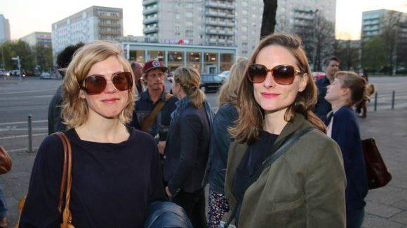 """Einig beim Brillenstil: Regisseurin Evy Schubert (l.), deren Film """"Korridor Nr. 50"""" ebenfalls beim Festival läuft, und Schauspielerin Anne Ratte-Polle."""