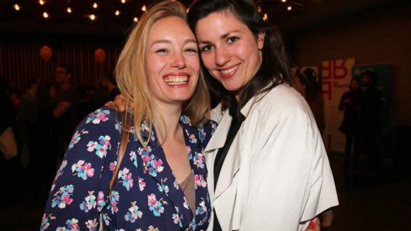 Schauspielerin Katharina Heyer (l.) zeigte sich im japanischen Stil gewandet; neben ihr: Eva Meckbach vom Ensemble der Schaubühne.