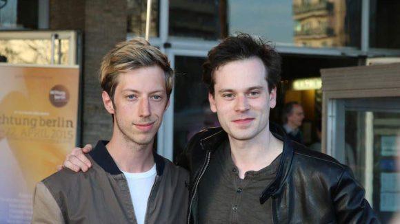 ... die Schauspieler Max Mauff (l.) und Florian Bartholomäi ...