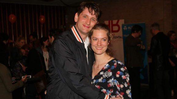 Sebastian Schwarz wirkte im Eröffnungsfilm mit. Im Arm hält er Theater- und Filmschauspielerin Marie Burchard.