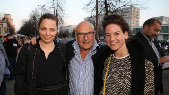 Film- und Literaturgrößen Arm in Arm: Schriftstellerin Thea Dorn (l.), Regisseur Volker Schlöndorff und Schauspielerin Bibiana Beglau kamen zum Eröffnungsabend des Achtung Berlin!-Festivals ins Kino International.