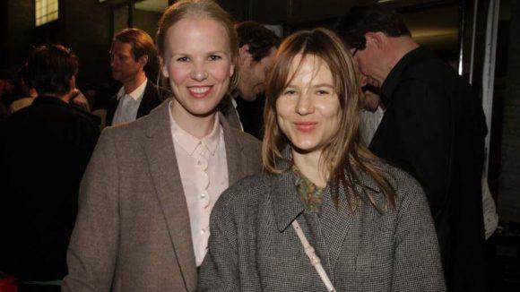 Die Produzentin des Eröffnungsfilms Miriam Klein (l.) ist hier mit Bühnenbildnerin Aino Laberenz, der Ehefrau des verstorbenen Regisseurs Christoph Schlingensief, zu sehen.