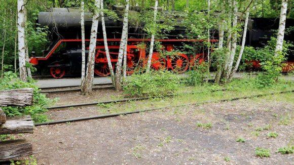 Achtung, Grün-Zug. Das frühere Bahngelände überrascht den Besucher mit immer neuen Blickwinkeln. Und der Eintritt kostet nur einen Euro.