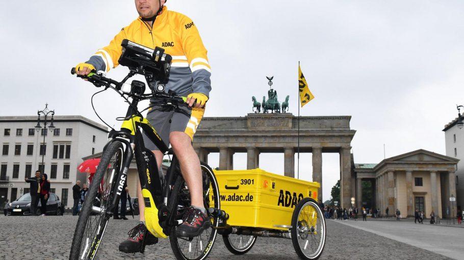 Der ADAC setzt ab sofort in Berlin zwei E-Bikes für die Hilfe bei Pannen von Autofahrern ein.