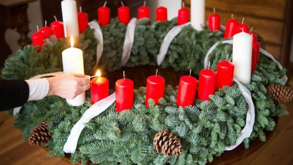 In Spandau steht ein Adventskranz in seiner ursprünglichen Variante mit 26 Kerzen.