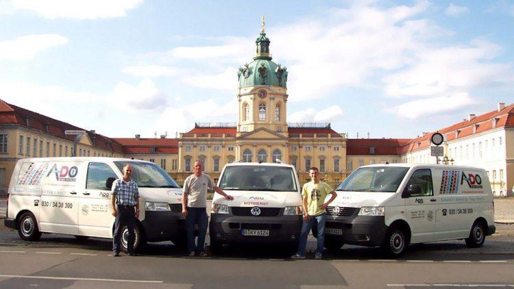 Das Team vom ADO Schlüsseldienst vor dem Schloss Charlottenburg.