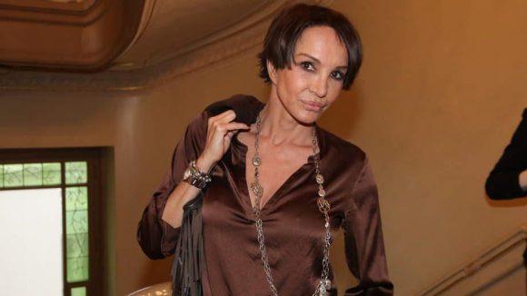 """Schauspielerin Anouschka Renzi kennt sich aus: Schließlich war sie selbst schon des Öfteren als Model im Einsatz (u.a. für den """"Playboy""""). Hier lässt sie sich ..."""