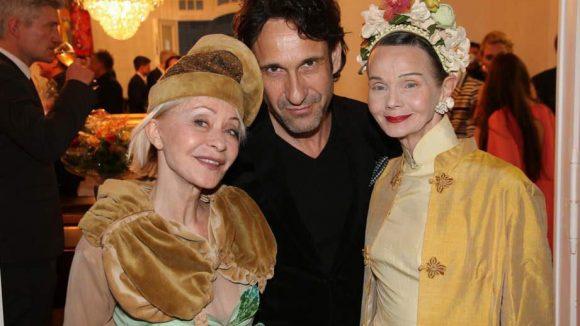 """Schauspieler Falk-Willy Wild, eingerahmt von zwei echten """"Elfen"""": Chansonette Monella Caspar (links) und Britt Kanja, die sich mit Mitte 60 noch immer ins Berliner Nachtleben stürzt."""