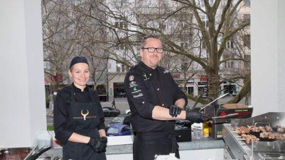 Das Team vom Goldhorn Beefclub Berlin sorgte vom Balkon aus für appetitanregende Grillaromen.