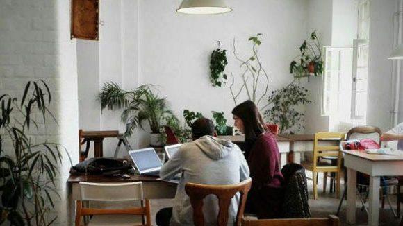 Arbeiten und entspannt essen: im Agora in Neukölln geht beides.