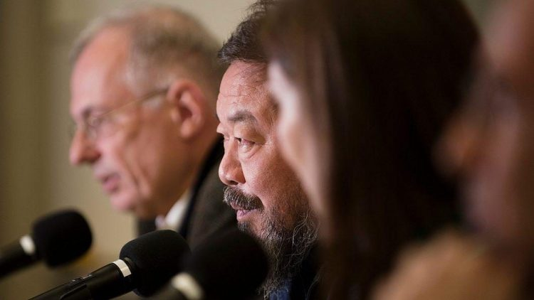 Der chinesische Künstler Ai Weiwei ist in Berlin ein gefragter Mann - ganz verstehen kann oder will er den Trubel nicht.