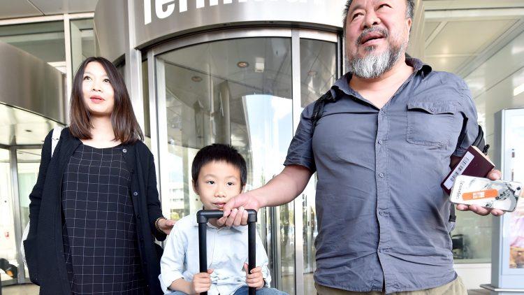 Willkommen! Gestern ist Ai Weiwei zusammen mit Frau und Sohn am Flughafen Berlin Tegel gelandet.