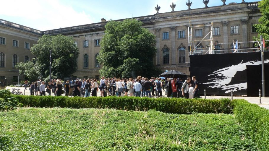 Der Start der Aktion am Maxim Gorki Theater weckte einiges Interesse. Im Hintergrund: die Humboldt-Universität.