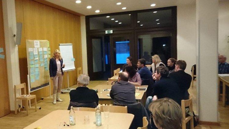 Regionalkoordinatorin Sylvia Nietzold (l.) war beim zweiten Treffen im Ulmenhof unter anderem mit der Kategorisierung der Bürger-Vorschläge beschäftigt.