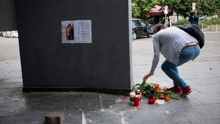 Am Tatort der Bluttat, einer unwirtlichen Ecke des Alexanderplatzes, haben Menschen Blumen und Kerzen abgestellt.