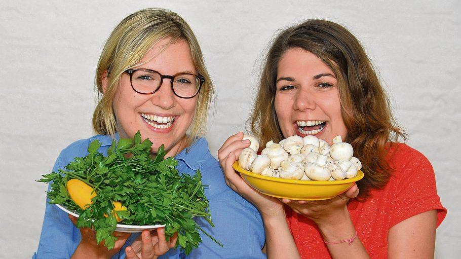 Aline Henkys (links) und Leonie Beckmann sind zwei Gründerinnen der Initiative Restlos Glücklich gegen Lebensmittelverschwendung.