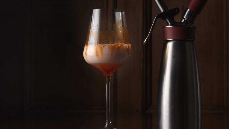 Im Horváth bekommst du statt Wein auf Knopfdruck so spannende, alkoholfreie Alternativen wie Rhabarbersoda mit Paprika-Minz-Reduktion.