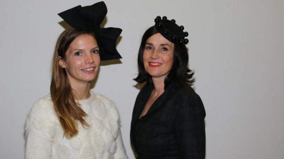 Die Hut-Designerin Fiona Bennett (rechts) und ihre Mitarbeiterin Svenja ließen sich Wims Vernissage nicht entgehen. Natürlich verlassen beide nicht ohne Hut das Haus...