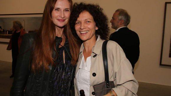 Schauspielerin Karina Krawczyk (links) und Künstlerin Melanie Möglich posieren vor Wim Wenders Momentaufnahmen.