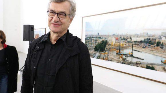 """Wim Wenders präsentiert stolz seine Fotoarbeiten. Bis Mitte November können seine Werke in der Ausstellung """"Time capsules"""" (""""Zeitkapseln"""") bestaunt werden."""