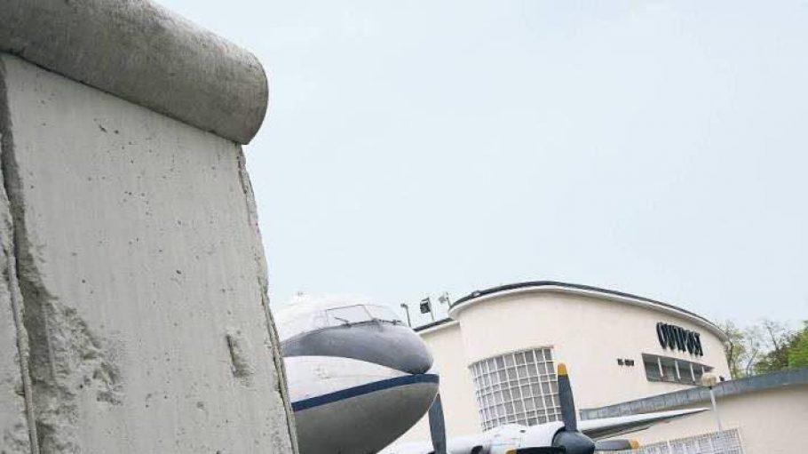 Ein altes Hastings-Flugzeug ist auf dem Gelände des Alliiertenmuseums Dahlem allen Wettern ausgesetzt.