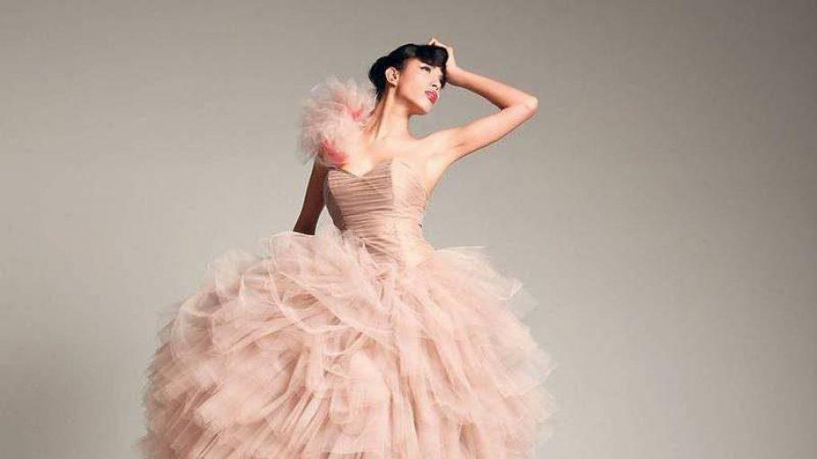 Zohre Esmaeli: Als Kind trug sie Kopftuch, hier modelt sie im Brautkleid.