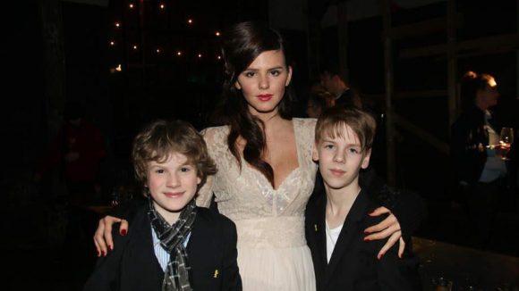 Bei der Party wie im Film ebenfalls dabei: Die jungen bzw. sehr jungen Schauspieler Ruby O. Fee, Nico Ramon Kleemann (l.) und Chiron Elias Krase (r.).