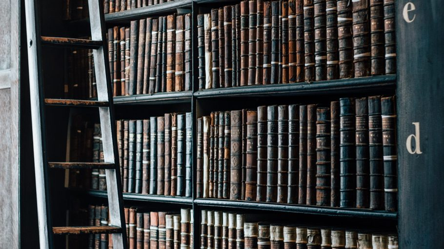 In Berlin muss es nicht immer die große Bücherkette sein. In den vielen kleinen Antiquariaten findest du oft unerwartete literarische Schätze zum Schmökern.