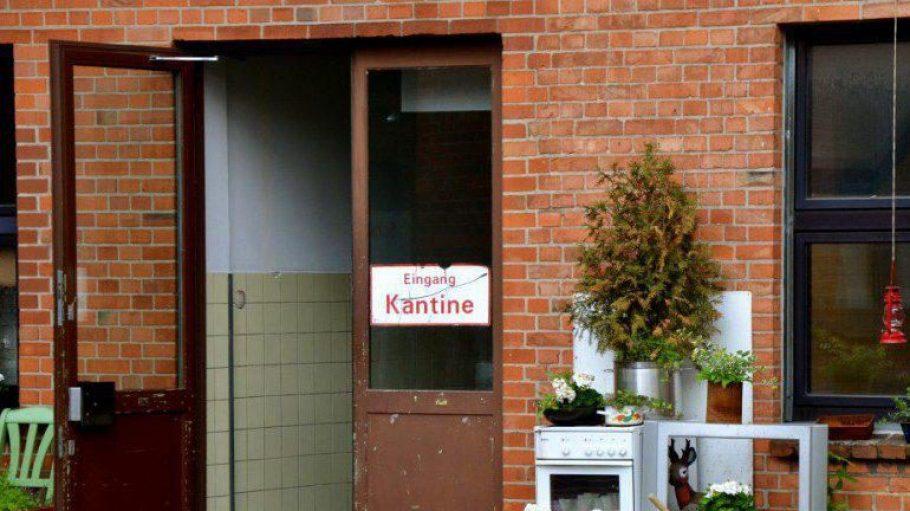 """Die Alte Kantine Wedding in den Uferstudios wird zur Bühne für """"Oleanna""""."""