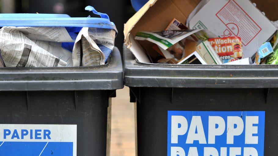 In Marzahn und Köpenick sind die Tonnen überfüllt - zum Glück stinkt Altpapier nicht...
