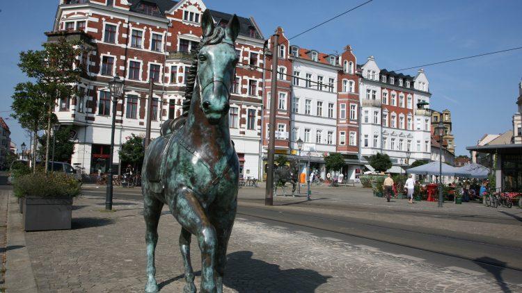 Traben direkt ins Blickfeld: Die beiden Wilden Pferde der Künstlergruppe Inges Idee aus Berlin zieren den Schlossplatz in der Altstadt Köpenick. Die stolzen Bronzetiere sind in Anlehnung an Reiterstandbilder aus Berlin-Brandenburg gestaltet.