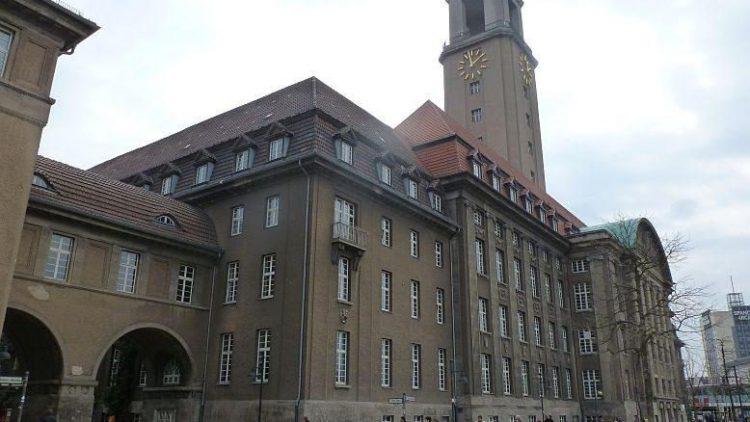 Spandauer Rathaus in der Carl-Schurz-Str. 2.