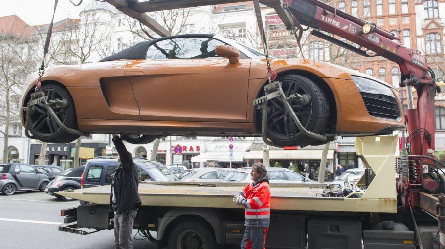 Wie diesem Audi R8 könnte es in der kommenden Woche vielen Fahrzeugen gehen. Es soll konsequent abgeschleppt werden.