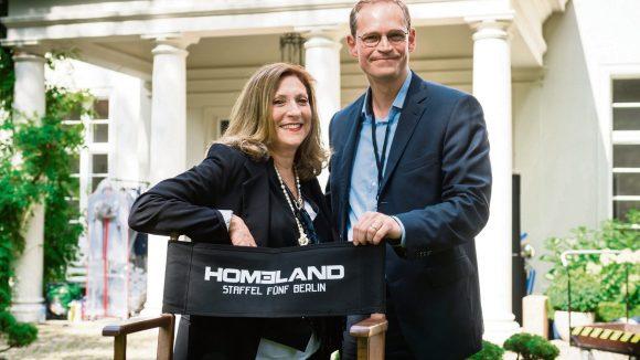 "Am Set: ""Homeland""-Regisseurin Lesli Linka Glatter mit dem Regierenden Bürgermeister Michael Müller."