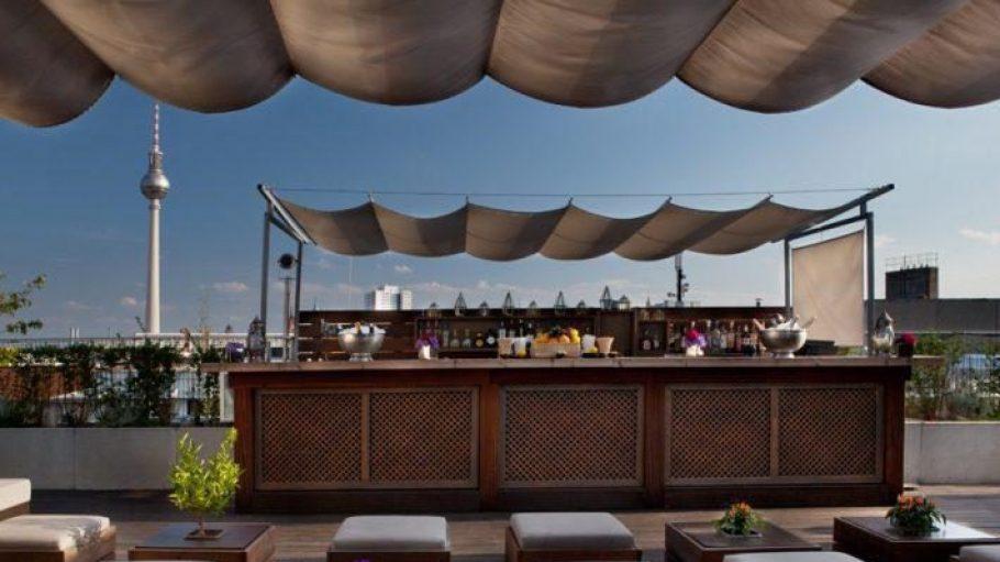 Drinks mit Bestblick: Gibt's täglich auf der Hotel Amano Dachterrasse in Mitte.