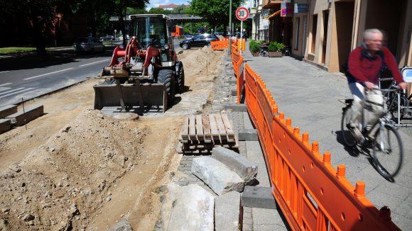 An der Bülowstraße fahren die meisten Radler über den Fußgängerweg. Im August soll nun endlich der Radweg fertig sein, drei Meter breit. Die 25 Autoparkplätze entfallen.