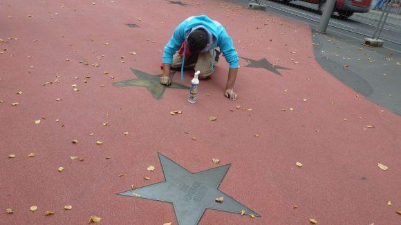 Hier sorgt jemand für etwas mehr Glanz am Potsdamer Platz.