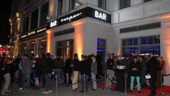 Wie es sich für eine Szeneeröffnung gehört: großer Andrang bei der Eröffnung der Vesper Bar.