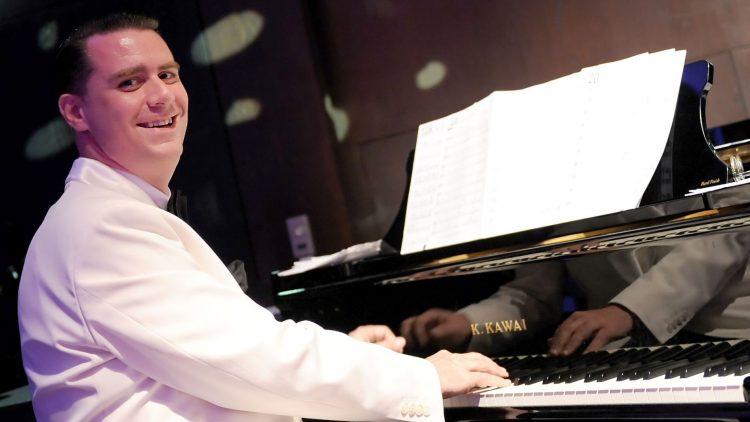 Andrej Hermlin gilt als einer der besten Swingmusiker Deutschlands. Dabei hatte er seine erste Klavierprüfung im Bereich Swing vermasselt.