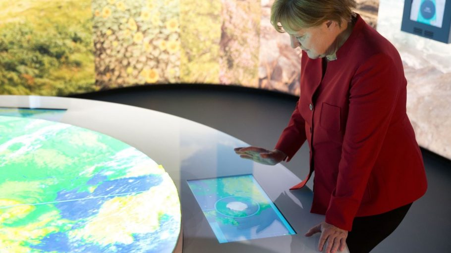"""Bundeskanzlerin Angela Merkel (CDU) schaut sich die Ausstellung """"360 Grad Europa: Die Europäische Union am Brandenburger Tor neu erleben!"""" an."""