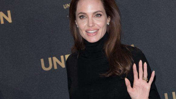 Schlicht, in Schwarz und mit Rollkragenpullover zeigte sich Angelina Jolie am Donnerstag auf der Pressekonferenz zu ihrem neuen Film.
