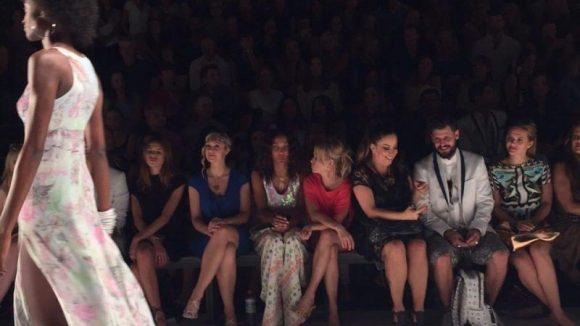 Sitzt für QIEZ in der Front Row: Modelagenturchefin Anja Tillack (rechts).