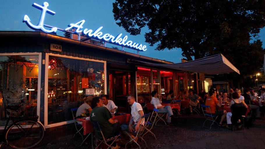 In der Ankerklause: Hafenbar-Feeling mitten in Kreuzberg.
