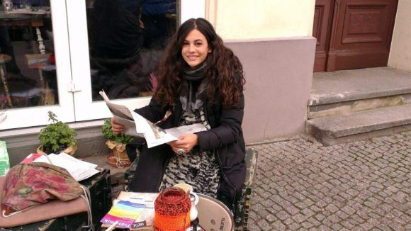 Anna F. vor einem ihrer Lieblingsläden in Berlin, dem kleinen Deli Facce in der Hufelandstraße.