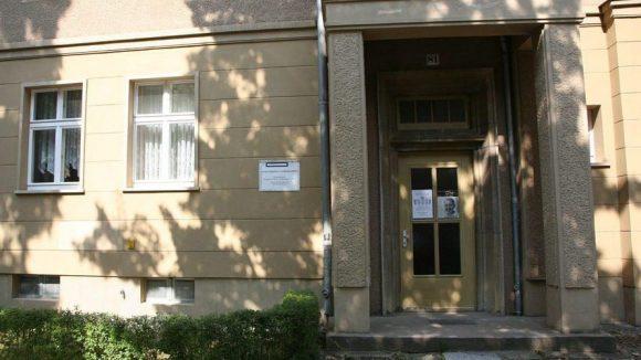 Anna Seghers war eine über die Grenzen Deutschlands hinweg bekannte Schriftstellerin. In der Anna-Seghers-Gedenkstätte in Berlin-Adlershof finden sich Teile ihres literarischen Schaffens, Erstausgaben und zahllose Dokumente. Originalgetreu erhaltene Wohn- und Arbeitsräume der Autorin können hier besichtigt werden.