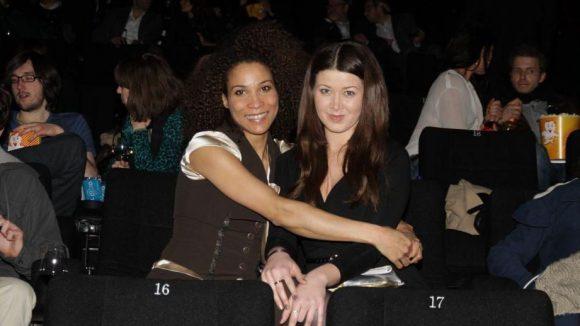 Moderatorin Annabelle Mandeng (links) freut sich gemeinsam mit Nichte Jill auf die Neuverfilmung des Märchenklassikers.